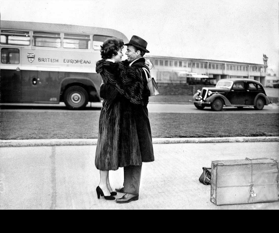 Återförenade i London En öm scen mellan Ava Gardner och Frank Sinatra på flygplatsen i London. Året efter, 1954, separerade de efter ett tre år långt, mycket stormigt äktenskap, 1957 gick deras skilsmässa igenom. Efter separationen från Sinatra flyttade Ava Gardner till Madrid, där hon umgicks med jetsetfolk och unga playboys.