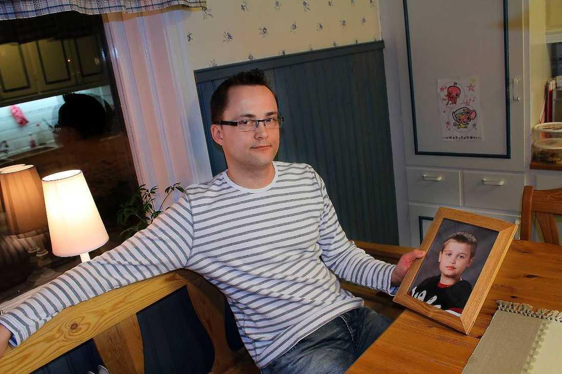 """""""EN SLAGS TERAPI"""" Richard Jonssons son Alexander var 14 år gammal när han dog i leukemi 2011. Innan dess hade han skrivit ner ett antal saker han ville göra innan han dog. """"Tack vare önskelistan fick han och jag många timmar i bilen tillsammans och det gav oss tid att prata"""", säger Richard."""