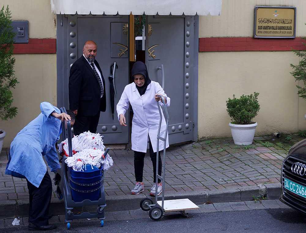 Ett städteam anländer till saudiska ambassaden i Turkiet.