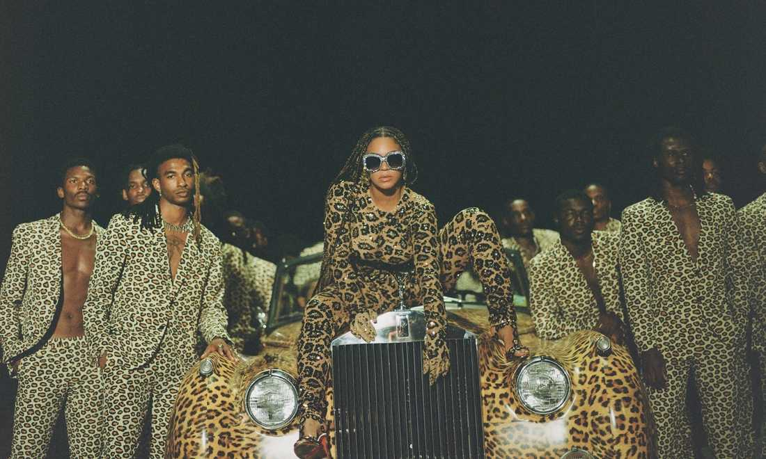 Beyoncé med entourage matchar en Rolls-Royce.