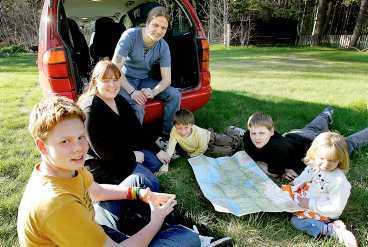 Genom att planera undviker familjen Ärlebrant stress. Den långa bilresan är inget problem för barnen, som vet i förväg när fikapauserna kommer.