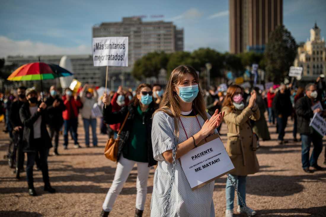 Vårdanställda demonstrerar i Madrid för ökade resurser till den offentliga vården.