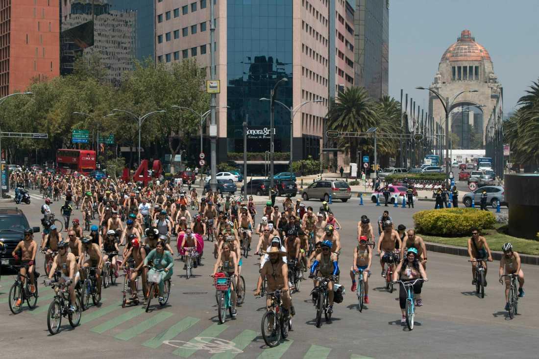 Mängder av mer eller mindre lättklädda cyklister.