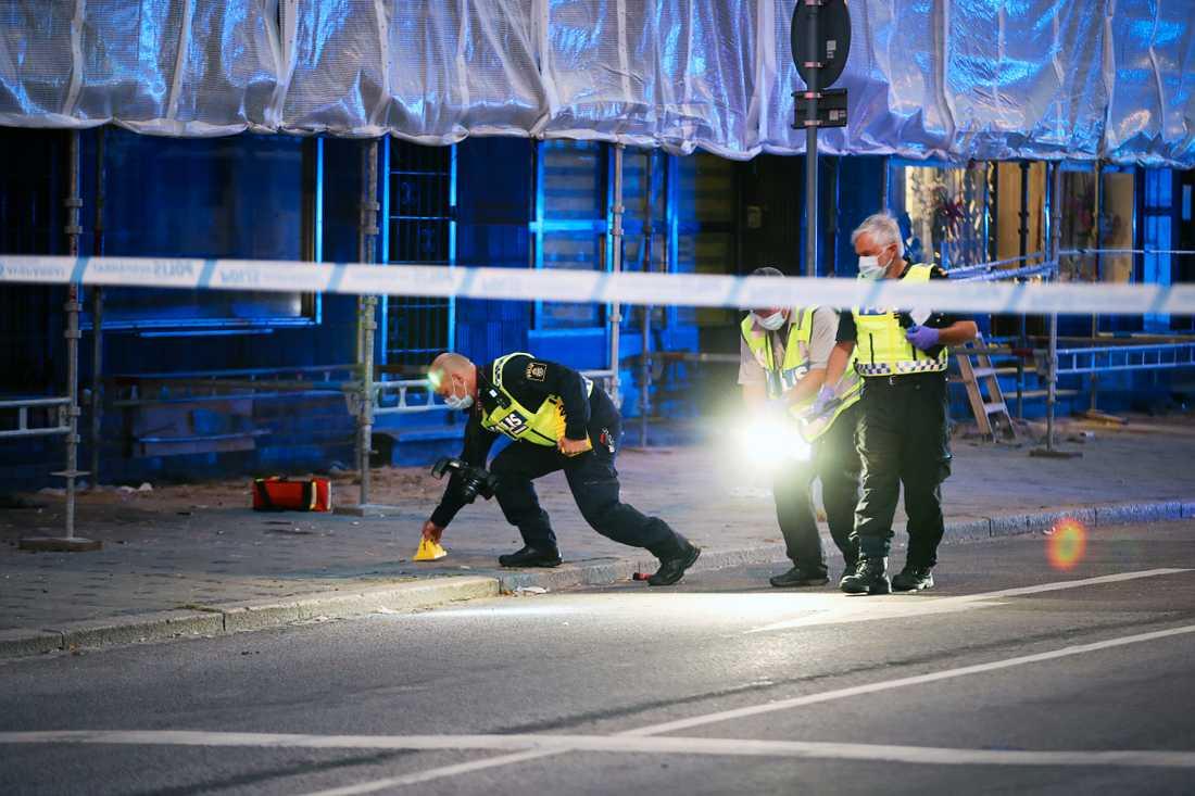 Polisen vid platsen där tre personer sköts till döds den 18 juni i Malmö.