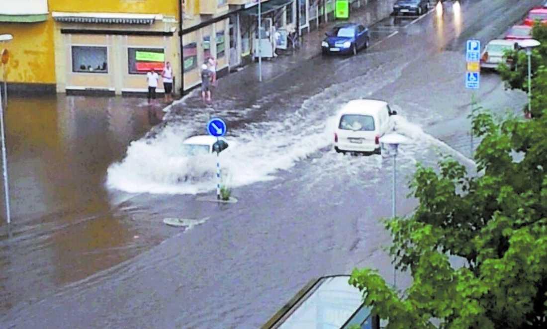 STAN ÄR FULL AV VATTEN Ett åskväder med skyfall förvandlade centrala Sandviken till en plaskdamm på en kvart. Väg 272 fick spärras av för alla trafik sedan järnvägsviadukten vattenfyllts.