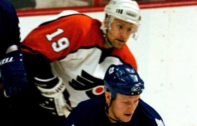 Svenskmöte. ...var tillbaka i Philadelphia. Här i en match mot Mats Sundins Toronto hösten 1999.
