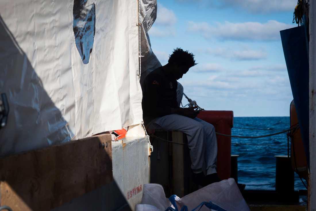 En av migranterna ombord Sea Watch 3.