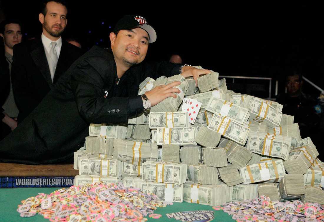 Badade i miljoner Här har precis Jerry Yang vunnit VM i poker och fått 8,25 miljoner dollar. Året var 2007. Nu, sex år senare säljs hans ägodelar på auktion av skatteverket.