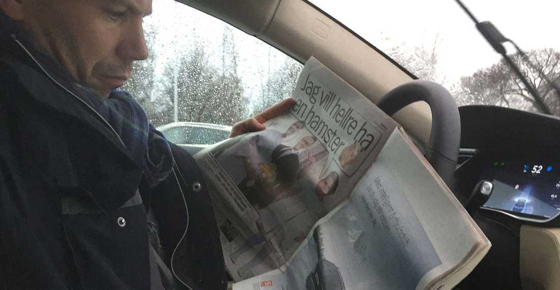 Aftonbladet Bils utsände kan till och med passa på att läsa Aftonbladet samtidigt som Teslan kör i Stockholms innerstad.