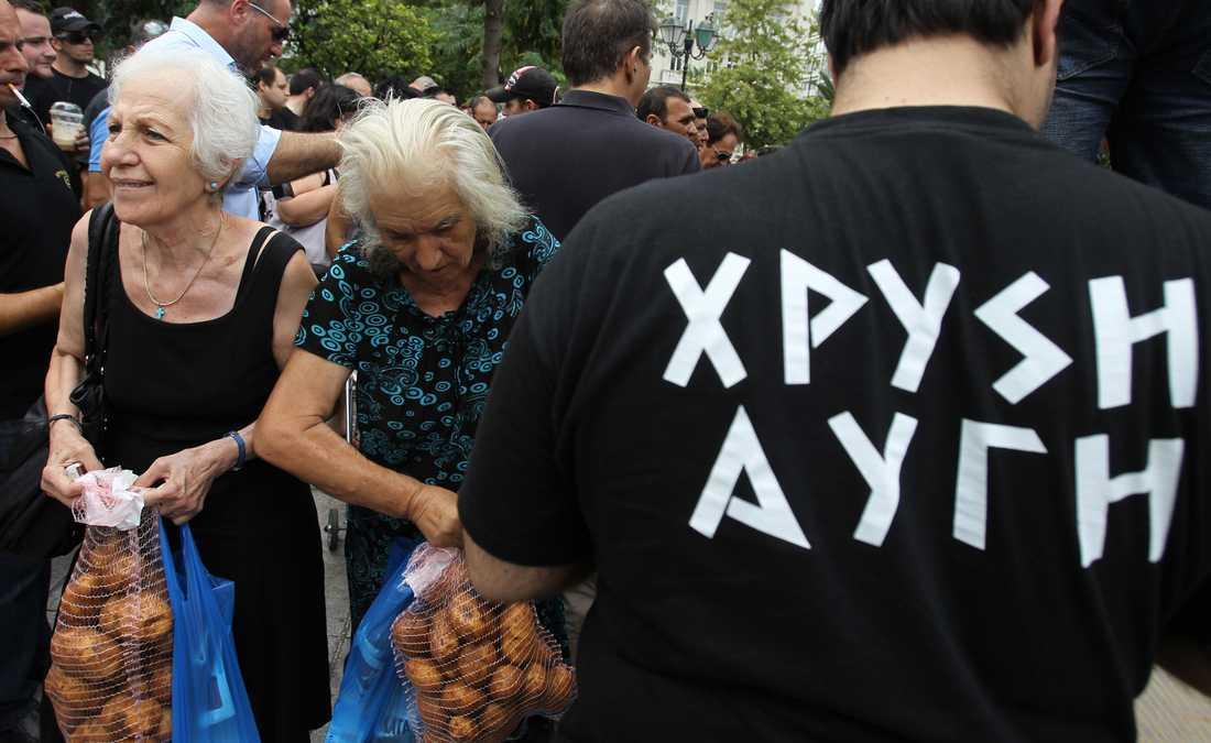 Utnyttjar nöden Det grekiska nazistpartiet Gyllene gryning fick sitt genombrott 2012 då de gick från ingenting till sju procent av rösterna. Partiet har utnyttjat krisen genom att dela ut matpaket till drabbade greker. Foto: Thanassis Stavrakis/AP