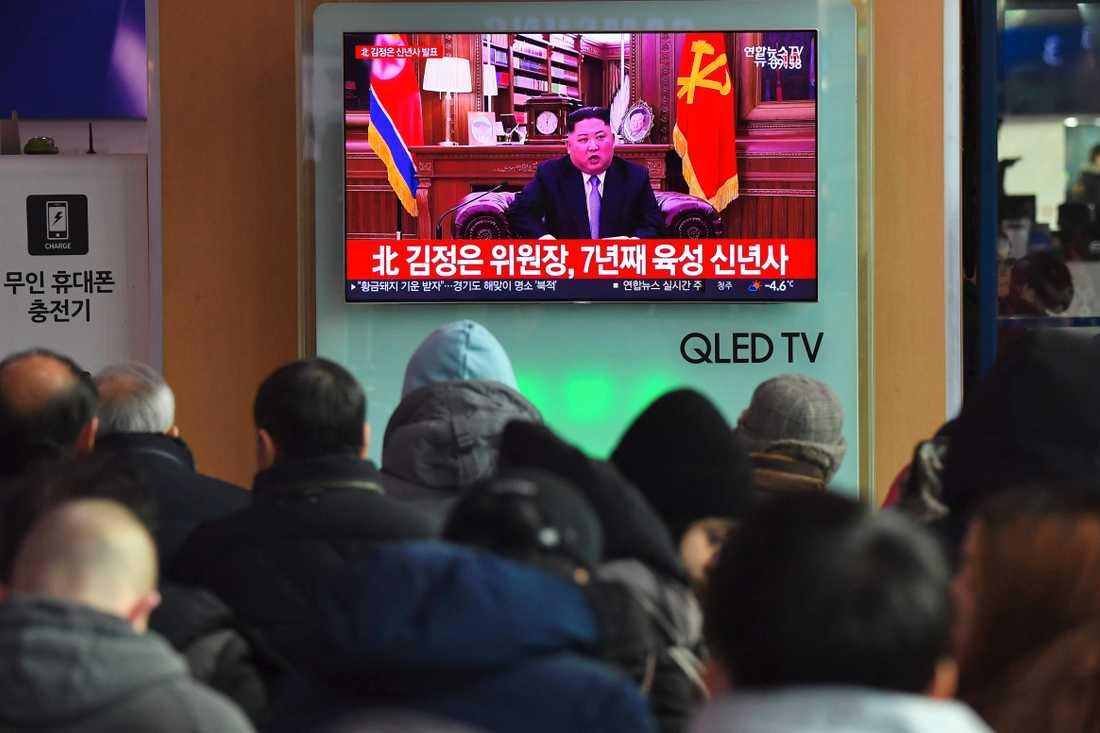 En folksamling följer Kim Jong Uns talpå en tågstation i Seoul i Sydkorea.