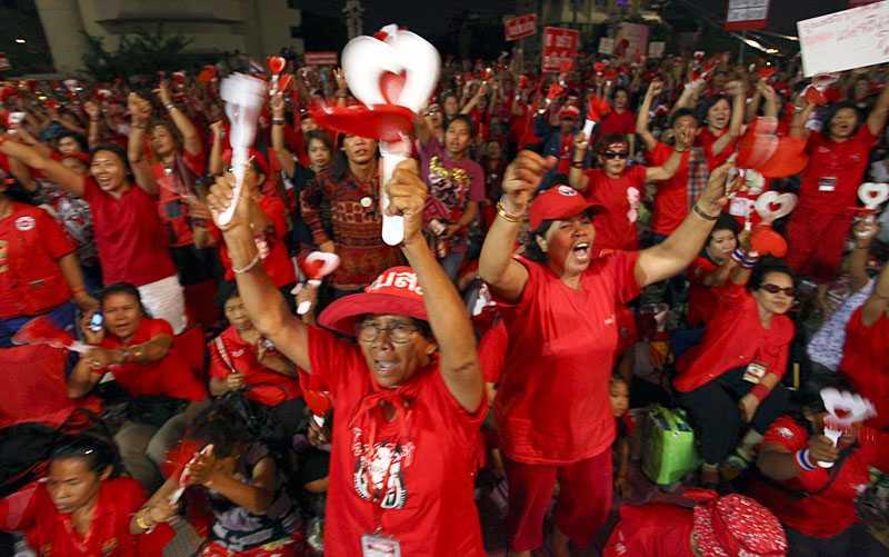 Rödskjortorna, Thaksin Shinawatras anhängare, demonstrerar för att den avsatte premiärministern ska komma tillbaka till ett nyval.