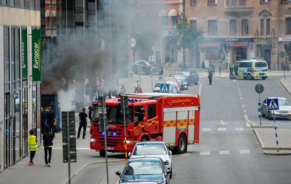 Det brinner i en container vid Clarion Hotel på Norra Bantorget i centrala Stockholm.