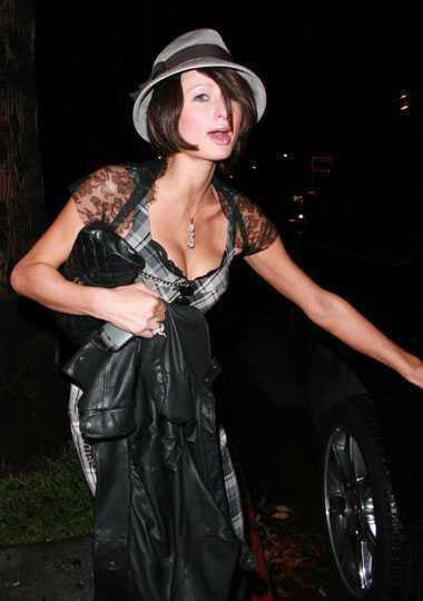 Brun Paris Paris Hilton anlände ensam till en nyöppnad lesbisk klubb i Los Angeles iförd mörk peruk…
