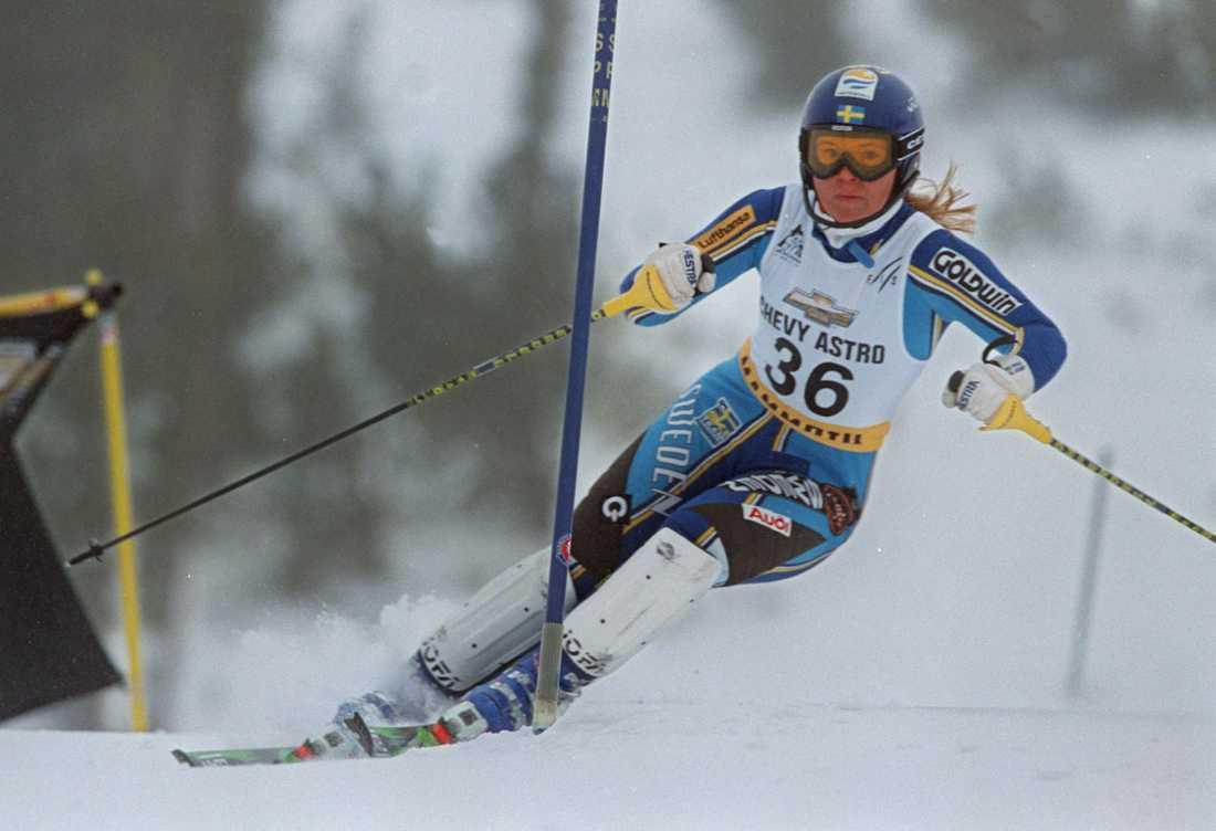 1998 I december, nio månader efter debuten, går det bättre – Anja från Tärnaby gör ett sensationsartat andraåk i amerikanska Mammoth Mountain och går från 15:e till första plats...