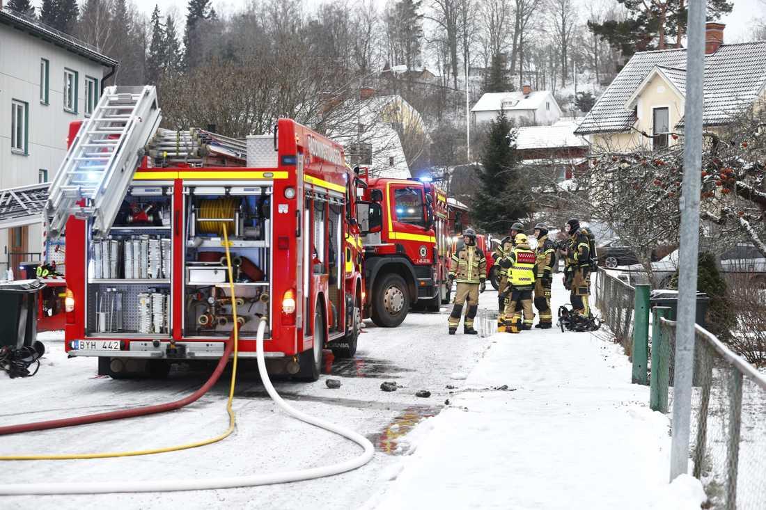 Larmet gick vid 08.34 på söndagsmorgonen om brand i ett flerbostadshus i Åtvidaberg. En person fördes till sjukhus.