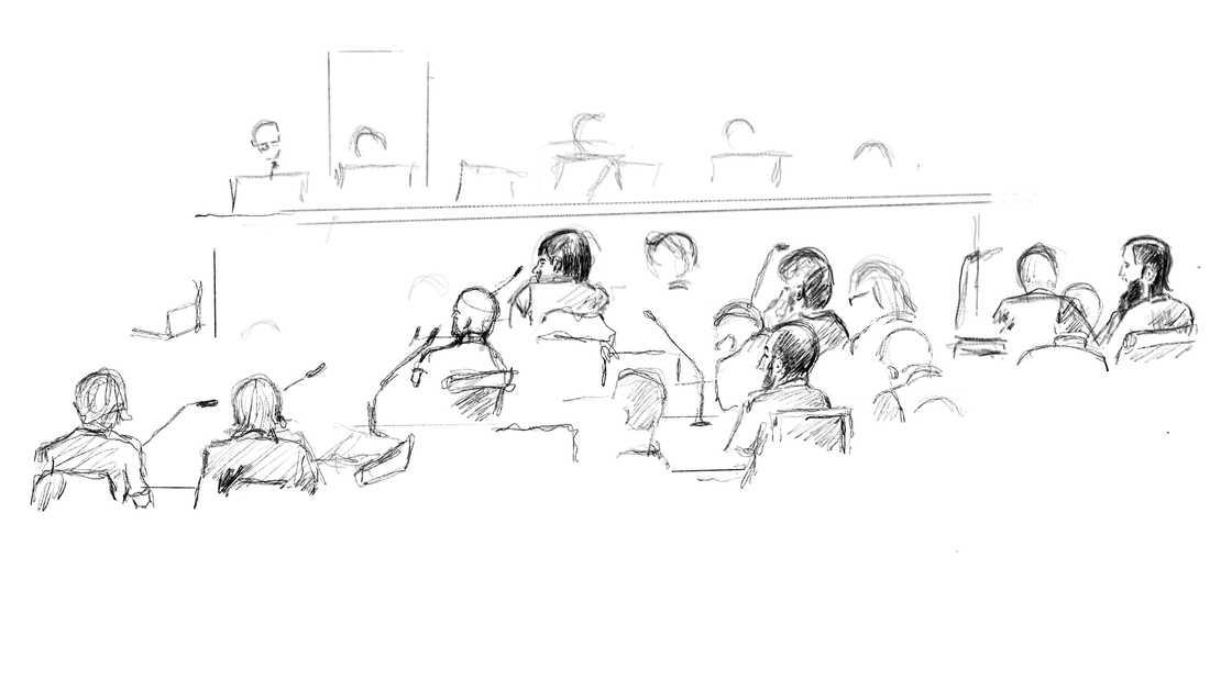 Teckning från huvudförhandlingen mot männen i säkerhetssalen i Stockholms tingsrätt.