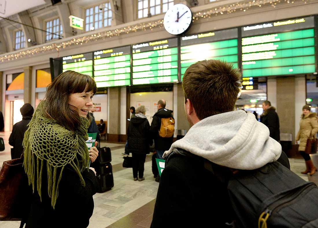 MP-språkröret Åsa Romson kräver att regeringen sparkar Trafikverkets generaldirektör efter den senaste tidens tågproblem.