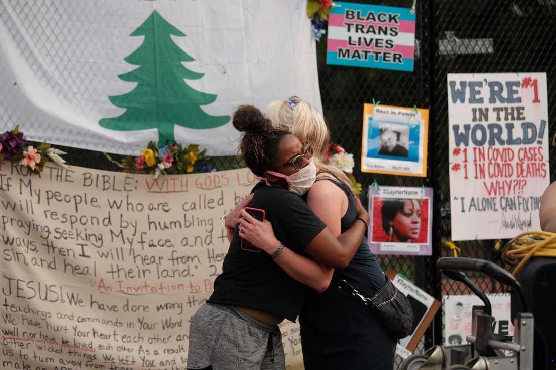 En skärmytsling mellan demonstranter nära Vita huset i samband med Trumps tal slutade med en kram.