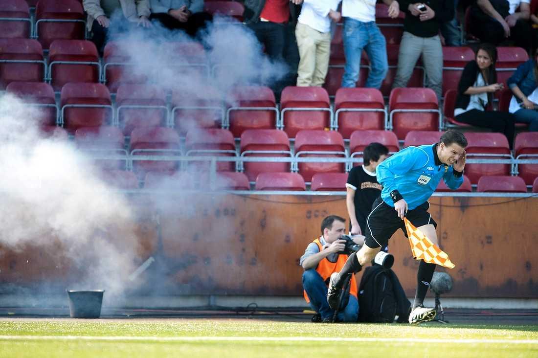 Mindre rörigt 2012?  Matchen mellan Syrianska och AIK fick avbrytas på grund av en smällare kastades in mot domaren. Det var bara en av flera stökiga matcher. I dag träffas fotbollens makthavare för att besluta om vilka regler som ska gälla nästa säsong.