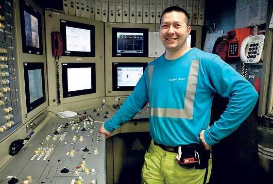 Den så kallade piloten Wilfried Fawel kör borren och styr den genom att fördela trycket på borrhuvudets sidor.