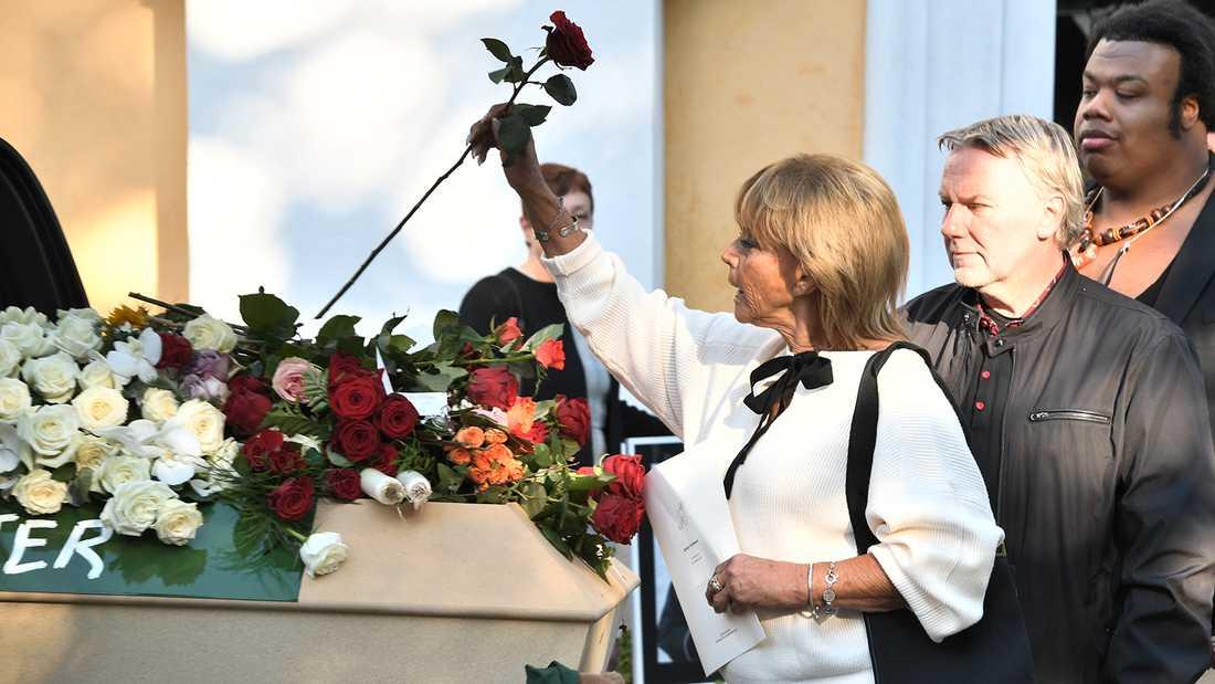 Barbro Svensson lägger ner en ros.