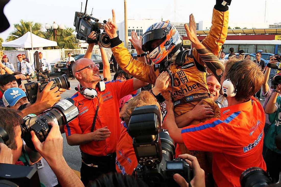 Felix Rosenqvist.SEGERJUBEL Felix Rosenqvist hyllas av sitt team efter segern i Formel 3:s världsfinal som avgjordes i Macao.Foto