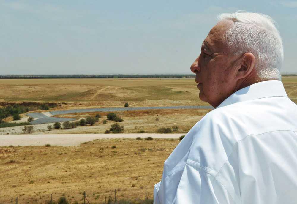 2005 Sharon blickar ut över Nitzanim norr om Gaza. Samhället föreslogs som en möjlig plats för judiska bosättare att slå sig ner på efter att de evakuerats från Gazaremsan.