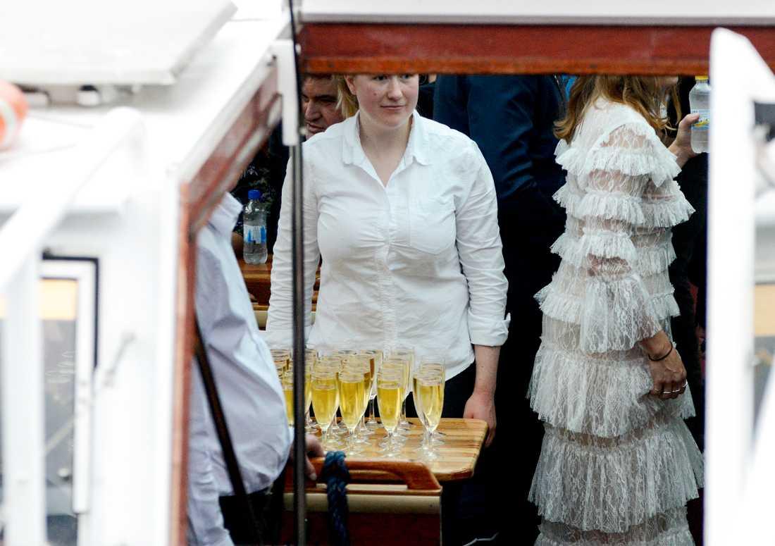 Gästerna serverades champagne ombord.
