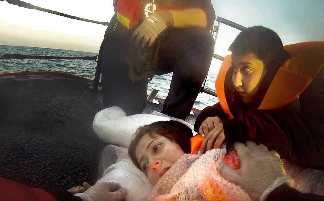 En kvinna ombord och förlorade flera gånger medvetandet. Men hennes tioårige son tröstade henne.