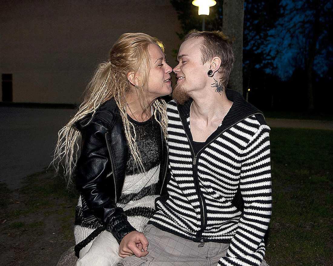 Sara och Hampus skulle gifta sig på Cypern men kom inte längre än Köpenhamn. Efter tumult på planet nödlandade piloten och Hampus hamnade hos danska polisen.
