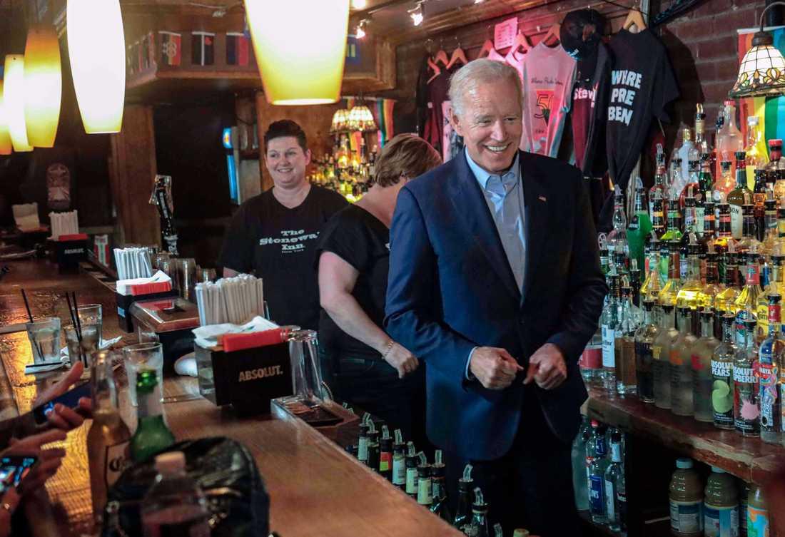 Den demokratiske presidentaspiranten och tidigare vicepresidenten Joe Biden under ett besök på baren Stonewall Inn i New York, som spelat en viktig roll för hbtq-rörelsen.