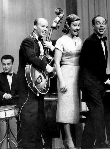 Charlie Norman kompade tidigt Alice Babs och de fortsatte att jobba ihop genom åren. Här uppträder de med Hasse Burman.