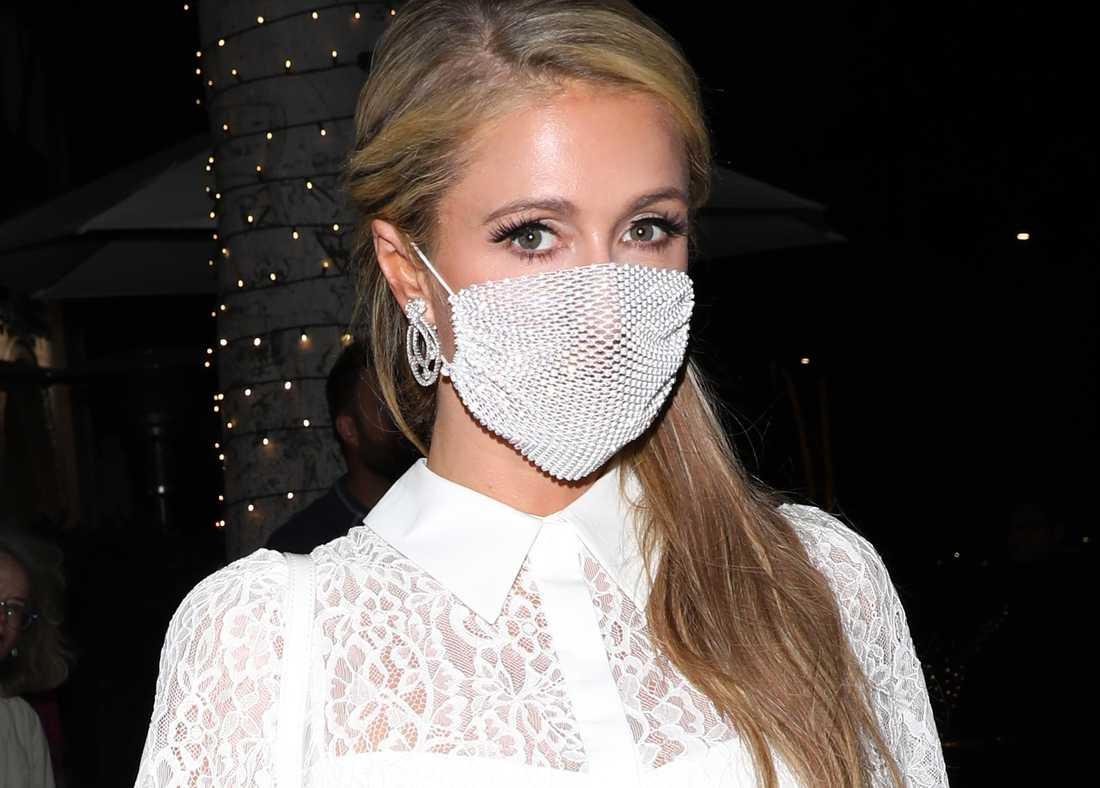 Paris Hilton i det kritiserade munskyddet på väg från en middag i Beverly Hills i onsdags.
