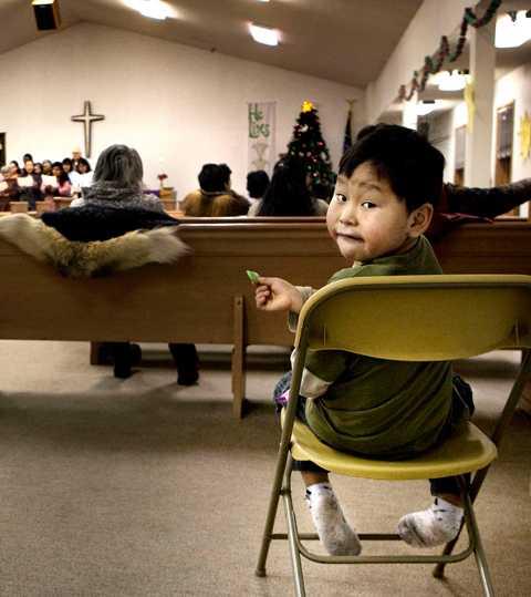 I Shishmarefs kyrka ber befolkningen om fred – och om att människor ska förstå klimatförändringarnas effekter.
