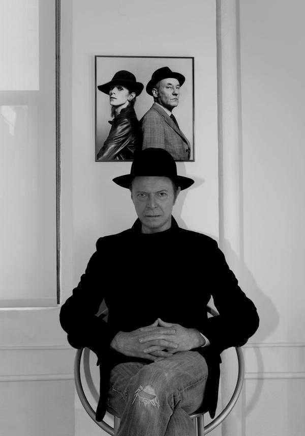 Skivbolagets officiella pressfoto till singelsläppet: David Bowie under ett foto av honom själv som ung tillsammans med författaren William Burroughs.