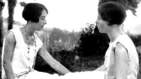 Zaza, eller Élisabeth Lacoin, tillsammans med Simone de Beauvoir i Gagnepan 1928. Följande år dör Zaza i hjärnhinneinflammation. Pressbild.