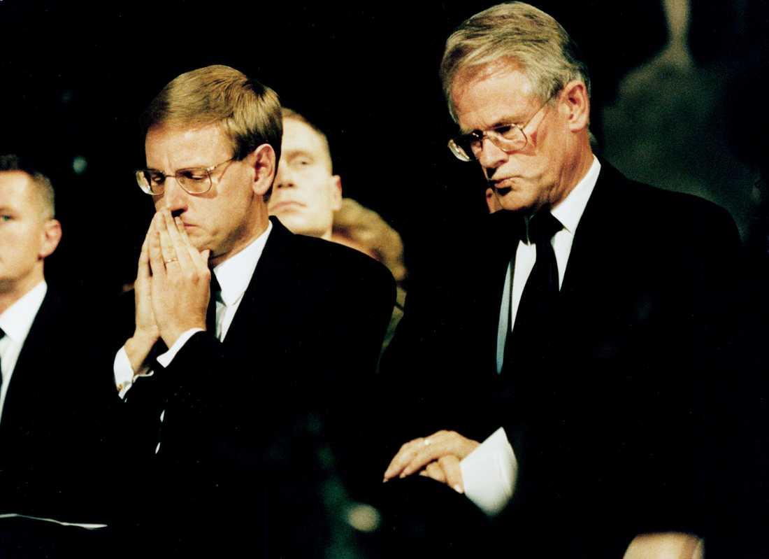 Carl Bildt (M) och Ingvar Carlsson (S) under minnesstunden för Estonias offer i Storkyrkan.