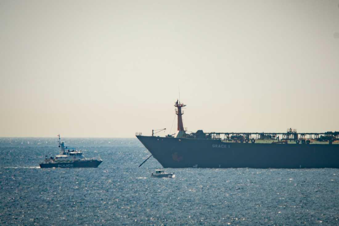 Den iranska beslagtagna oljetankern Grace 1 (till höger) i vattnen utanför Gibraltar den 4 juli. Arkivbild.