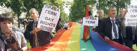 trotsade motståndarna Under hela maj har den östeuropeiska hbt-rörelsen firat Pride – men motståndet är hårt. I går ägde Moskvas första framgångsrika prideparad rum där 30 personer lyckades bära regnbågsflaggan längs en vältrafikerad gata utan att stoppas.