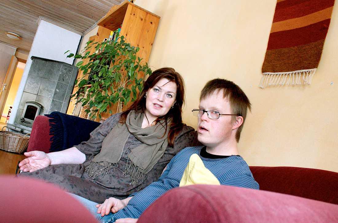 Tobias Svedberg har Downs syndrom och lider av autism. Nu har Försäkringskassan sagt nej till fortsatt personlig assistans - och hans gode man Janet Granhage är kritisk till beslutet.