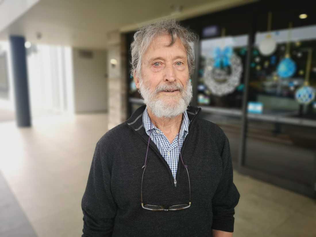 Anthony Olsson, 76, är en av många som har evakuerats. Han säger att han och många andra ändå försöker tänka positivt.