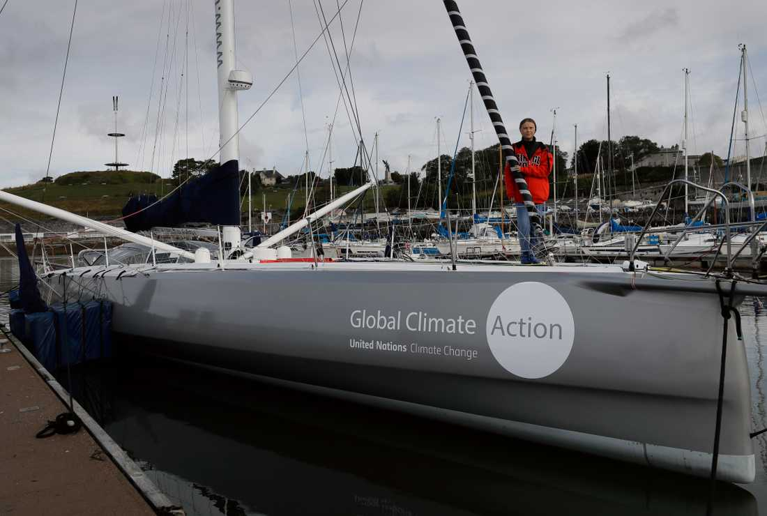 Greta Thunberg ombord på båten Malizia II i hamnen i Plymouth.