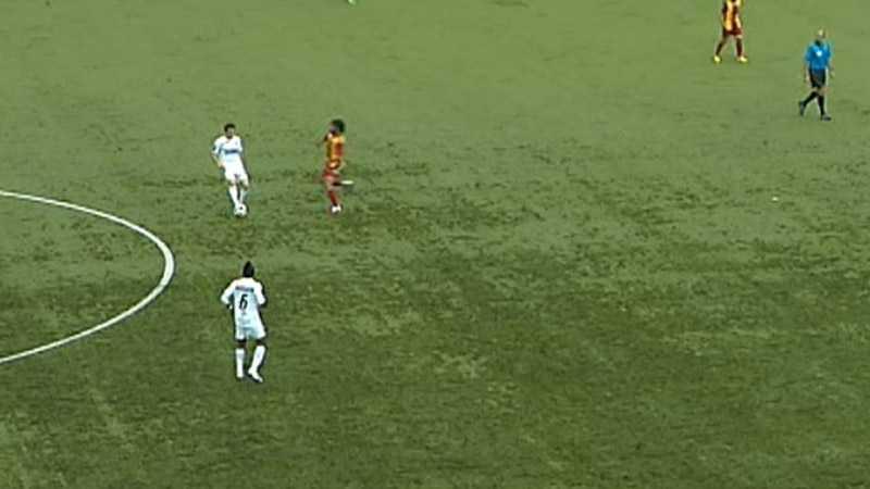 Helsingborg vägrar att spela ut bollen och Ahmet Özdemirok går in fult i en duell.