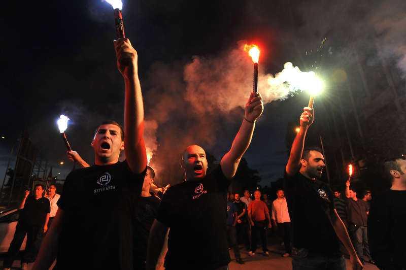 Röstades in i parlamentet. Anhängare till högerextrema Gyllene gryning på Atens gator i samband med valet förra året. Partiet som vill slänga ut alla invandrare och minera gränsen till Turkiet fick sju procent i valet.