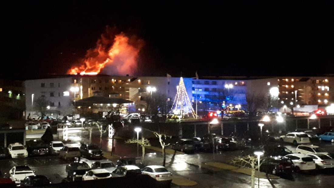 En kraftig lägenhetsbrand har brutit ut i Skövde.
