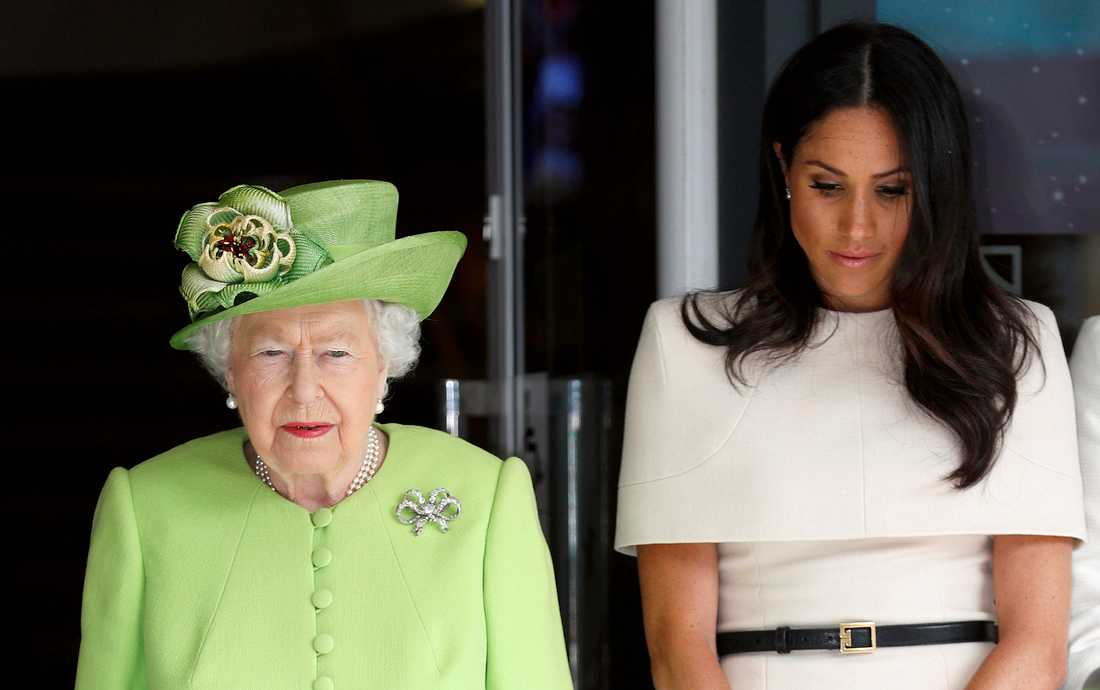 Drottning Elizabeth II och Meghan Markle. Drottningen ska inte ha vetat om prinsparetsbeslut förrän det offentliggjordes.