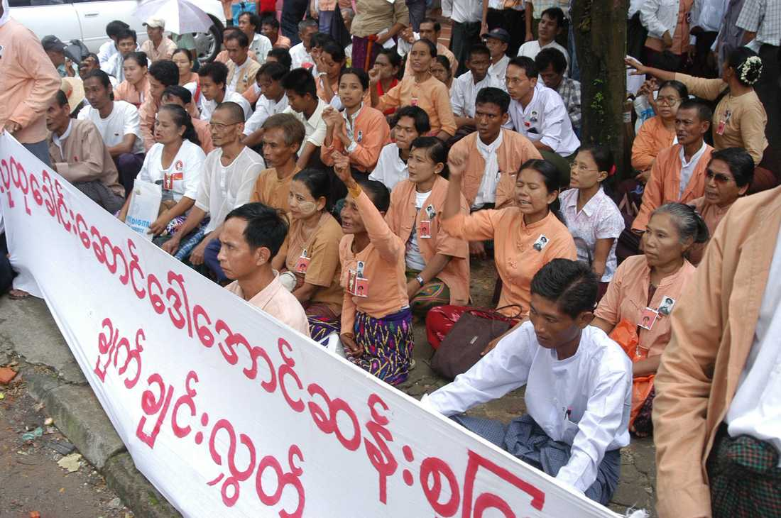 2006 En av alla demonstrationer som hållits för Aung San Suu Kyi genom åren. Myanmars militärjunta arresterade tre aktivister när partiet NLD uppmärksammade att demokratikämpen suttit inlåst i 18 år.
