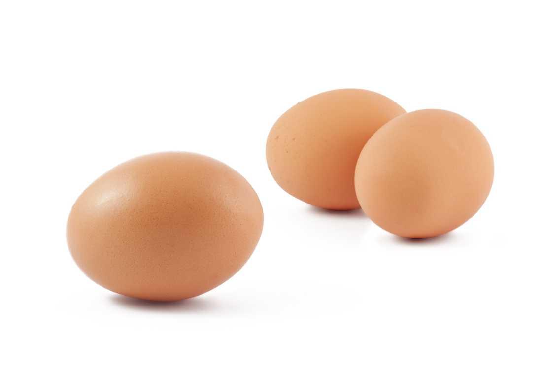 """1. """"Ägg ger högt kolesterolvärde"""" Nja Äggula innehåller mycket kolesterol, cirka 211 milligram per styck. Hur mycket det påverkar ditt  kolesterolvärde beror på hur mycket du äter. Friska människor har en kontrollmekanism som gör att kroppens egen produktion av kolesterol minskar när vi äter mat som innehåller kolesterol. Livsmedelsverket menar att vi kan äta ett ägg om dagen."""
