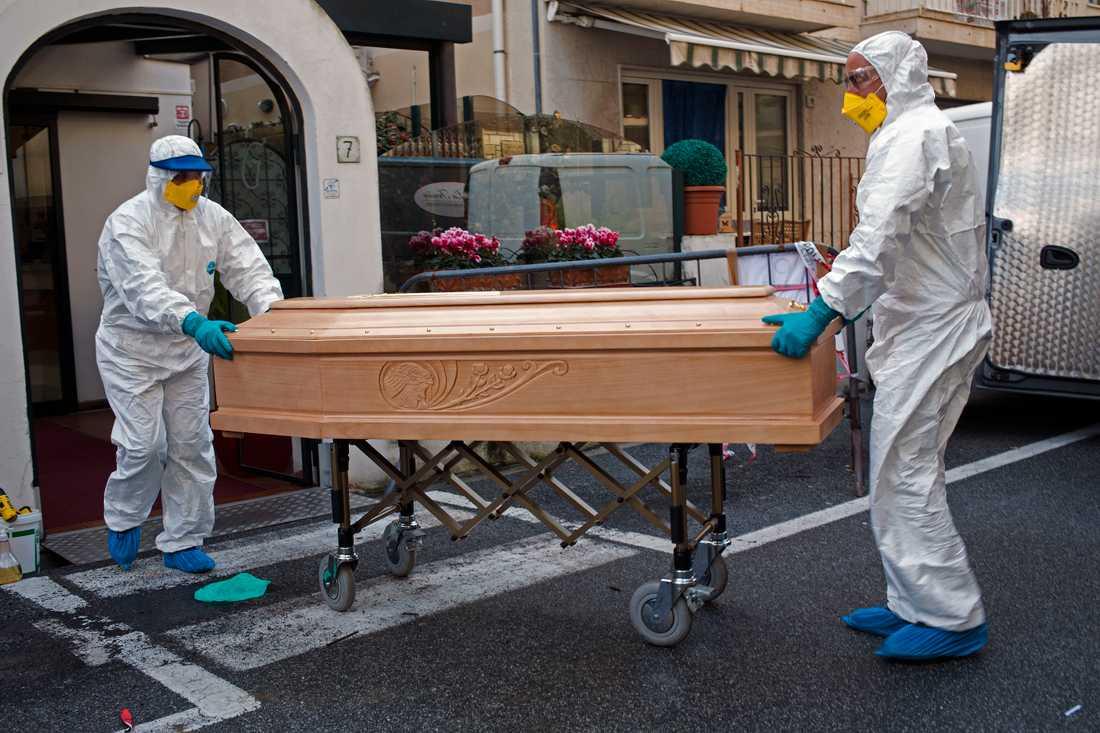 I Italien har nu fler människor dött av covid-19 än i Kina. Detta trots att det sydeuropeiska landets befolkning bara är en bråkdel av den asiatiska jättens. Kina har också en hög dödlighet i förhållande till många andra länder. På bilden transporteras en avliden bort från ett hotell i nordvästra Italien. Arkivbild.